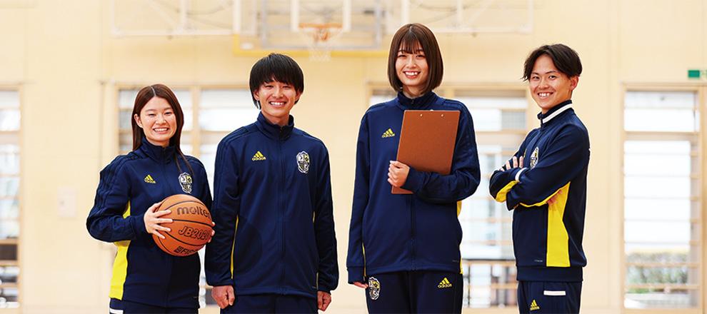 ランニングマシーンで走る学生